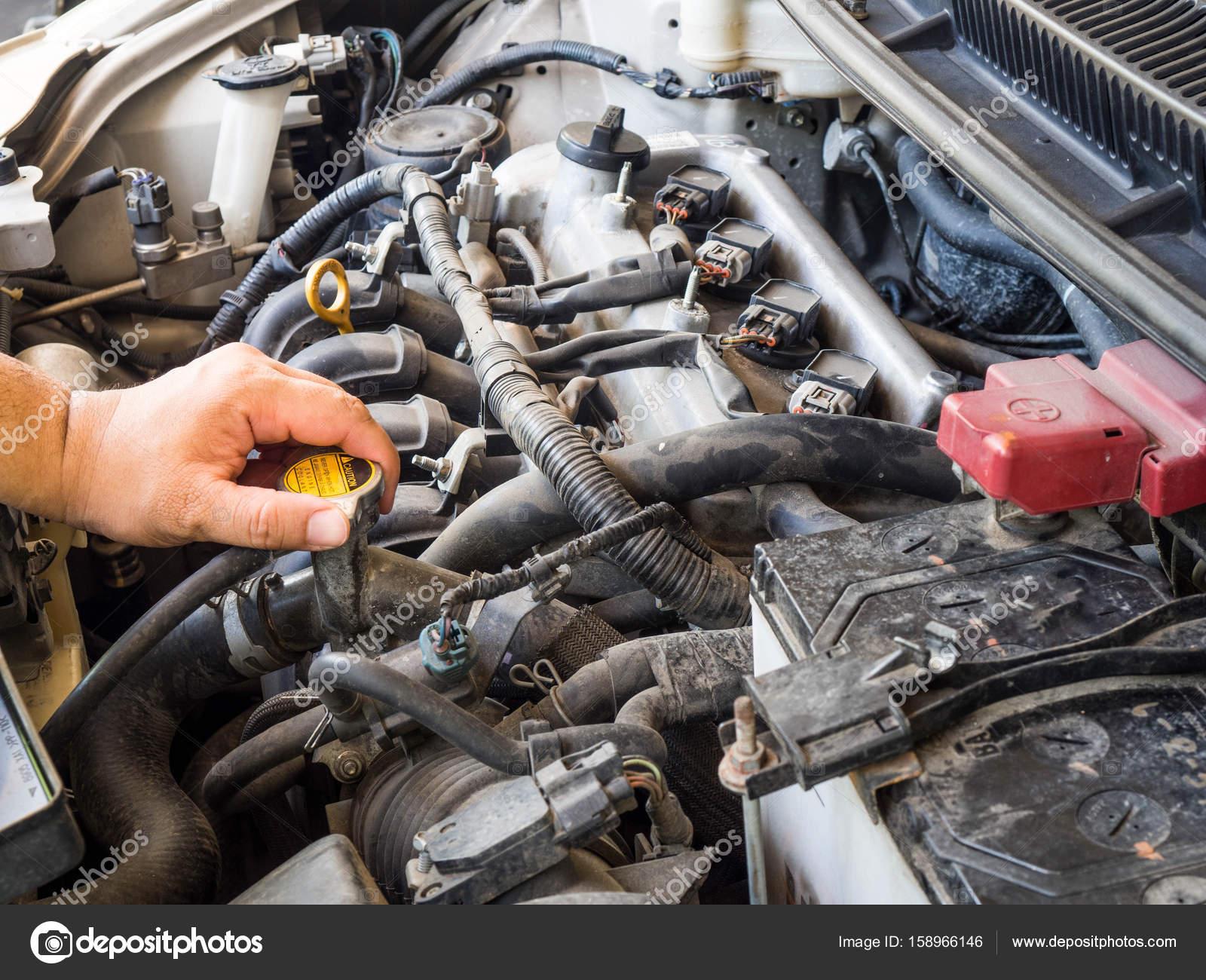 Kfz-Mechaniker in Auto-Reparatur-Service arbeiten. Und die Hände des ...