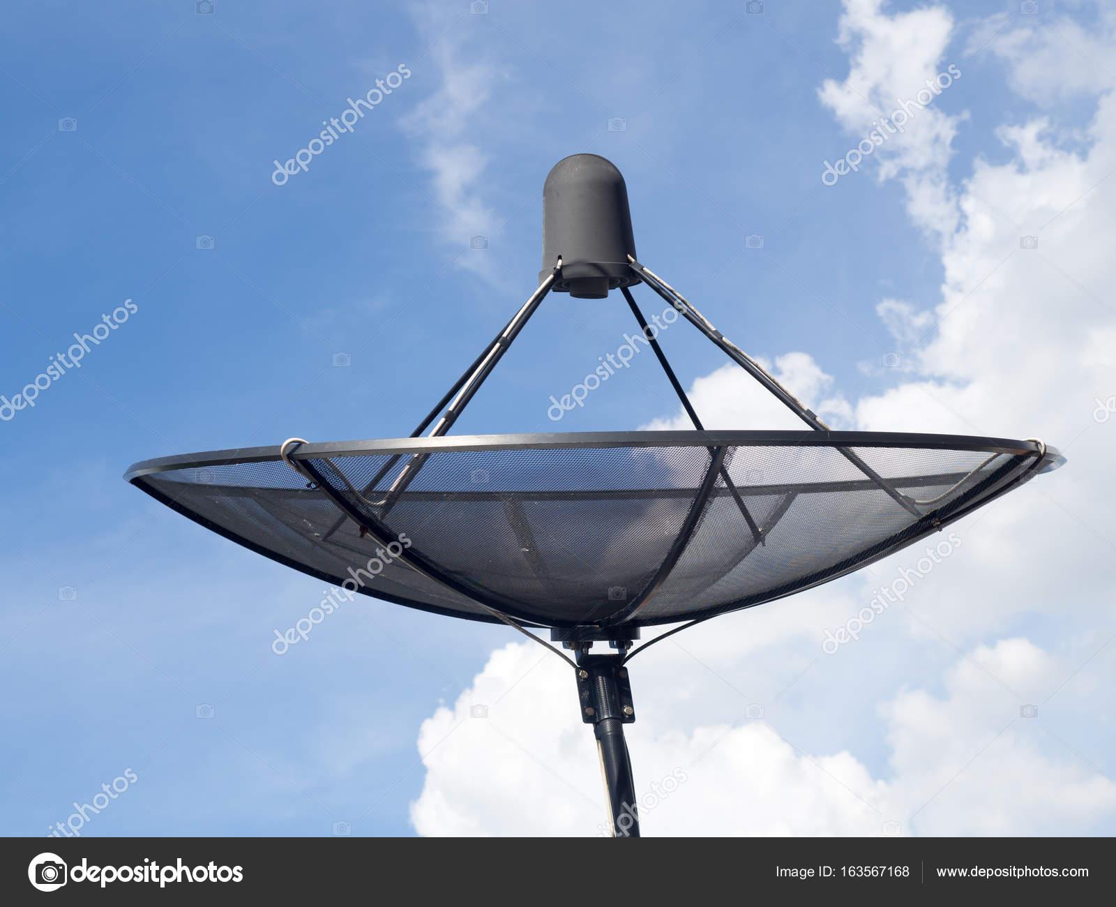 antenne parabolique noir ou antennes tv installent sur le toit de la