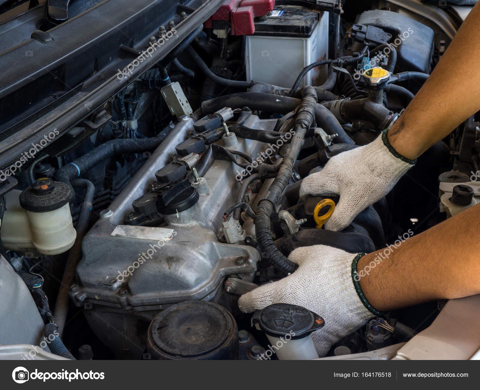 Kfz-Mechaniker arbeiten in Auto-Reparatur-service — Stockfoto ...