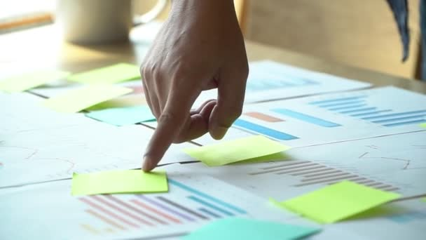 Skupina obchodníků, kteří se scházejí s kolegy v zasedací místnosti a sledují roční graf výkonnosti, aby analyzovali a očekávali obchodní trendy. Koncepce obchodního úspěchu s týmovou prací