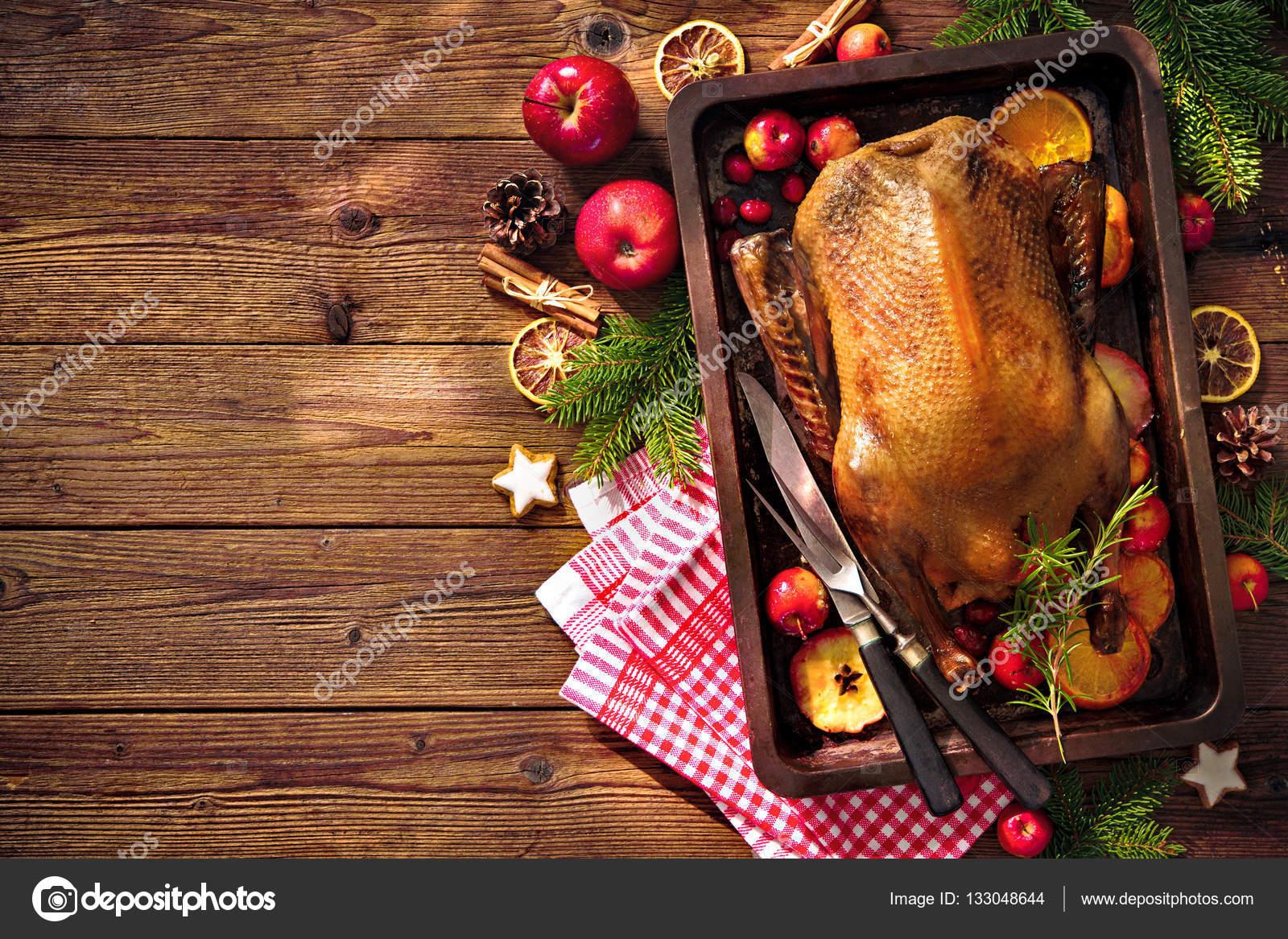 Weihnachtsbraten Ente mit Äpfeln und Orangen auf Backblech ...