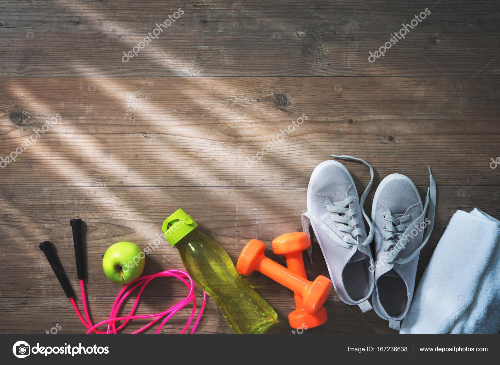 3359ae0745a Όργανα γυμναστικής, υγιεινή διατροφή, αθλητικά παπούτσια, μπουκάλι νερό και  Άμυ — Φωτογραφία Αρχείου