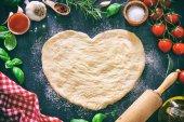 Ingredience pro vaření pizzu nebo těstoviny s těsta ve tvaru srdce