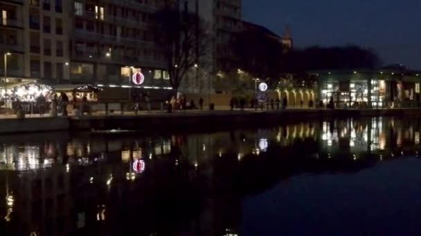 illuminato di Natale bancarelle presso Darsena, Milano, Italia