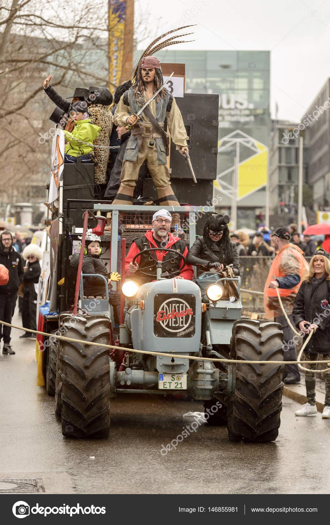 Traktor Und Wagen Am Karnevalsumzug Stuttgart Redaktionelles