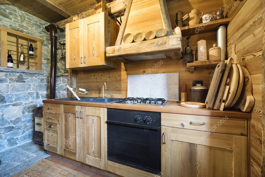 cucina in legno in stile rustico — Foto Stock © ilfede #129327506