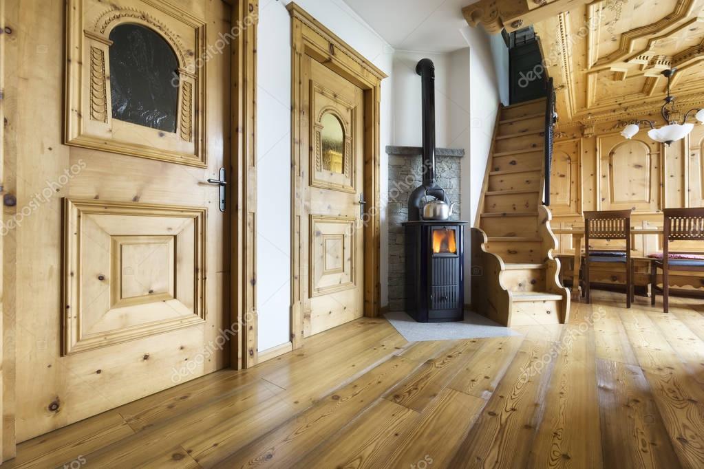 Interni in legno chalet di montagna foto stock ilfede for Foto interni baite di montagna