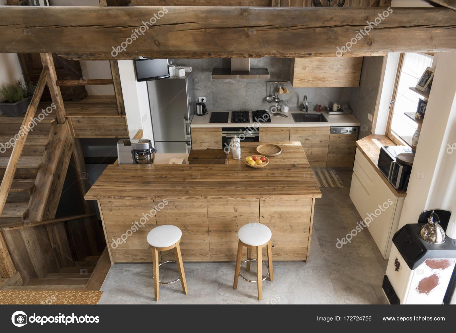 cocina de madera estilo cabaña — Fotos de Stock © ilfede #172724756