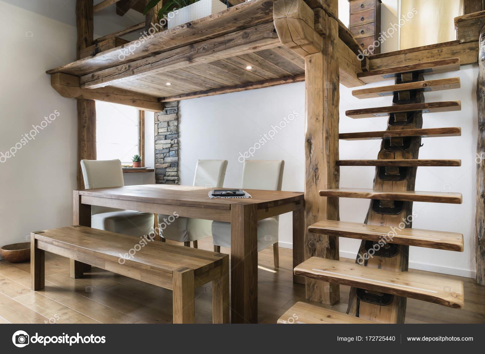 Holztisch im Speisesaal unter mezzanine — Stockfoto © ilfede #172725440