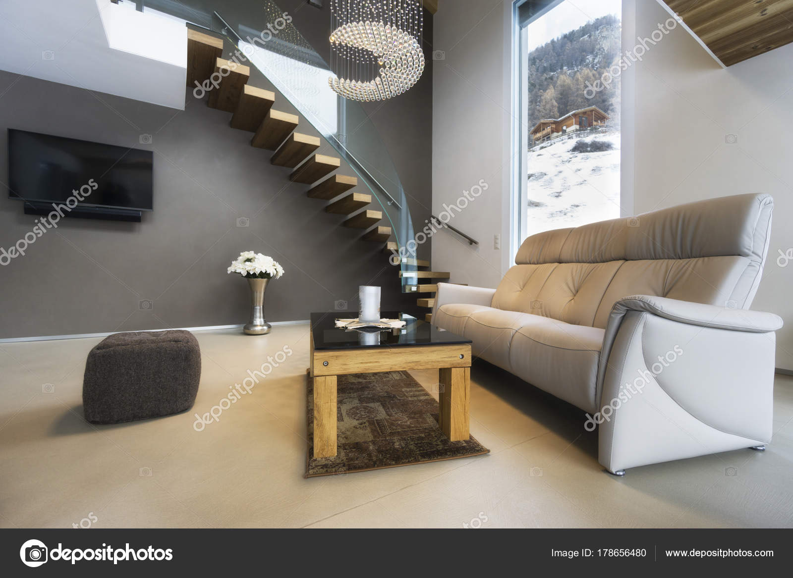 Wohnzimmer der Luxus-Haus mit Blick auf die Berge in modernem design ...