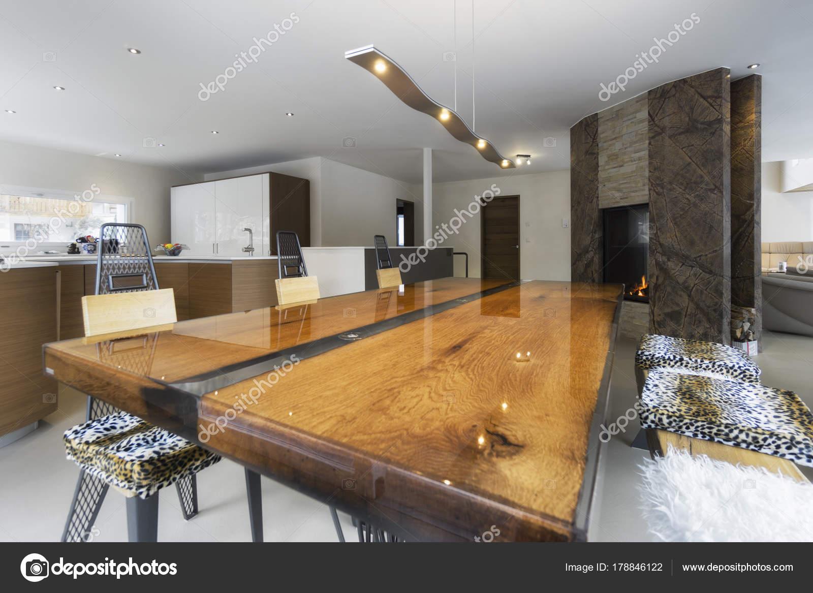 Houten Grote Tafel.Grote Keuken En Antieke Houten Tafel In Moderne Stijl Stockfoto