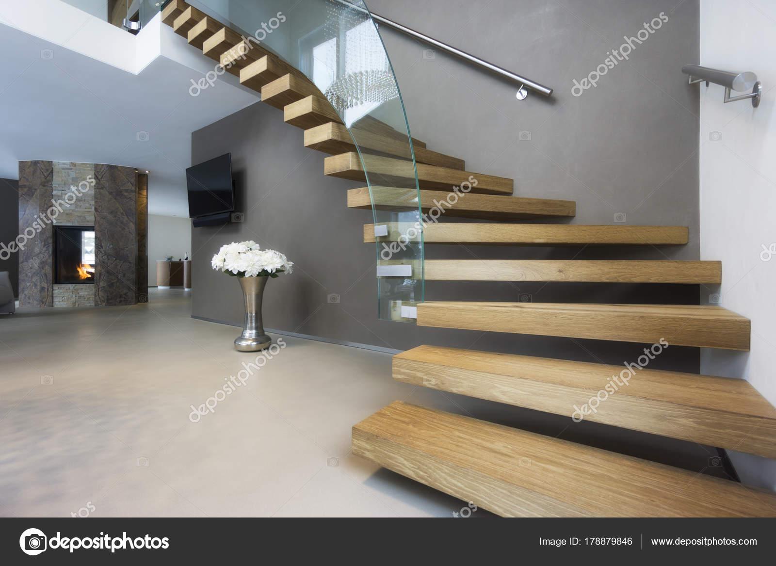 Elegante trap van hout en glas in de luxe huis u stockfoto