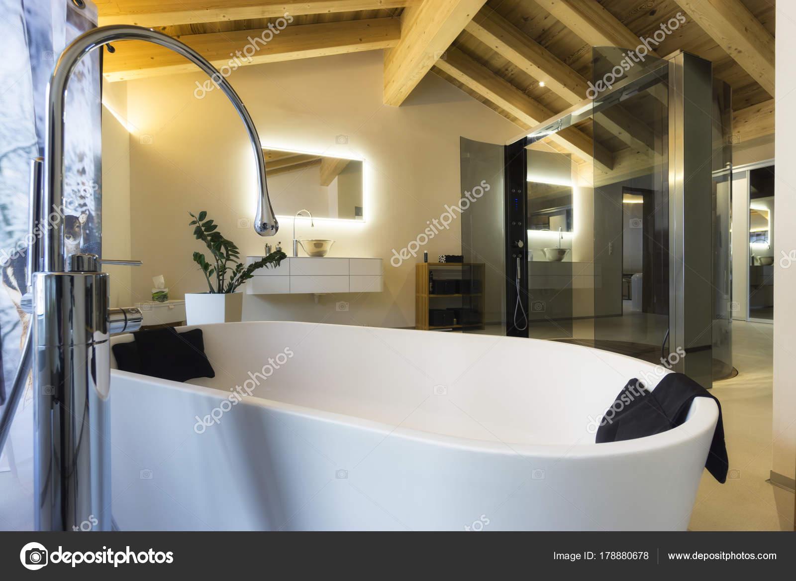 Bad Tafel Hout : Luxe badkamer met bad en houten plafond u stockfoto ilfede