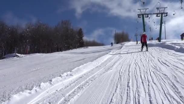 lyžař na svahu ědě slalomu v italských horách, lyžařský vlek