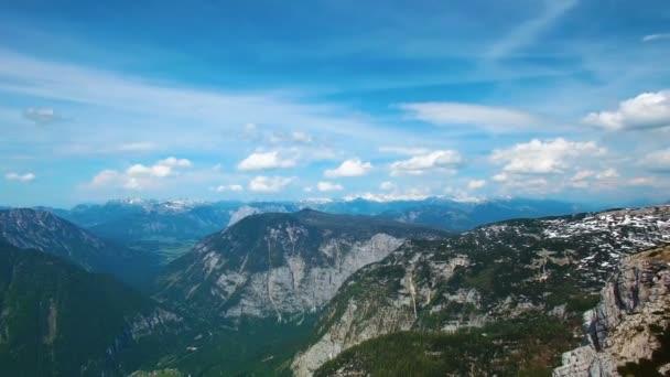 Letecký panoramatický pohled hor s lesy borovic. sluneční erupce v letním dni v Rakousku
