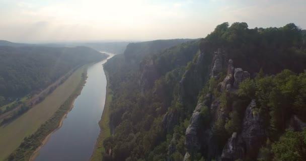 Luftaufnahme von Bastai in Deutschland am Fluss an einem sonnigen Tag