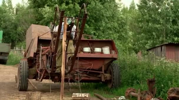 Landwirt repariert Landmaschinen