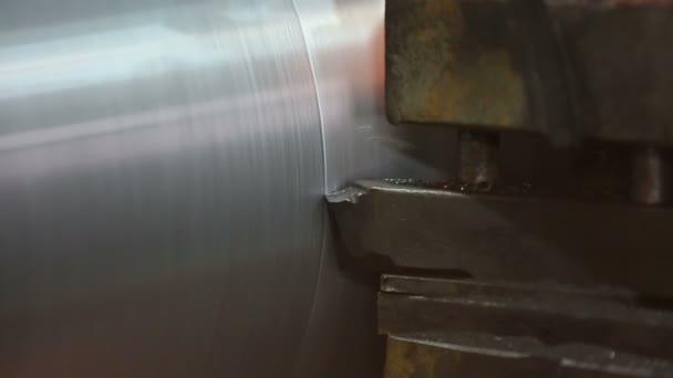 kovové třísky během operace soustruh strojní zpracování kovových dílů
