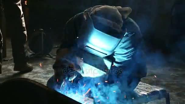 pracovní svary kovových dílů