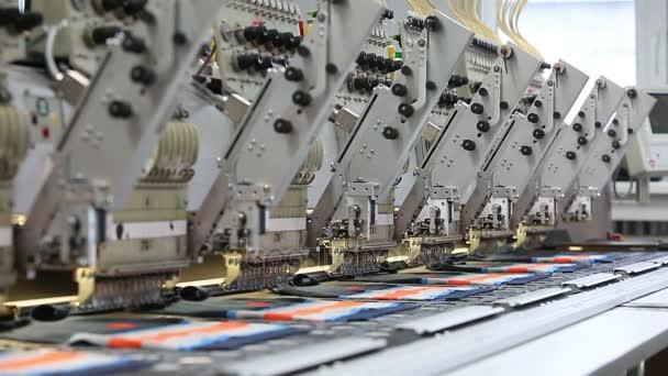 Fabrik-Nähmaschine sorgfältig weben Sticken Muster auf farbige ...