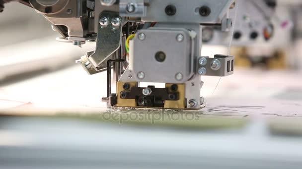 Weberei Fabrik, stickt die Nähmaschine automatisch eine Muster ...