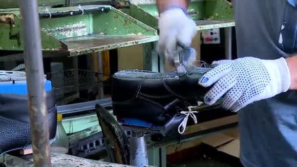 3addca1445 Operário de fábrica de sapato faz sapatos — Vídeo de Stock ...