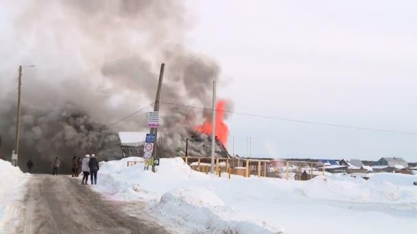 zachránci uhasit požár v obci