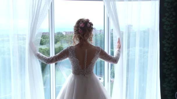 Nevěsta se dívá z okna.