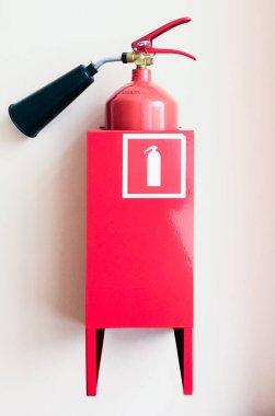 Odada duvara asılı bir yangın söndürücü