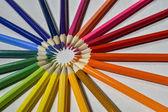 barevné tužky na bílém pozadí