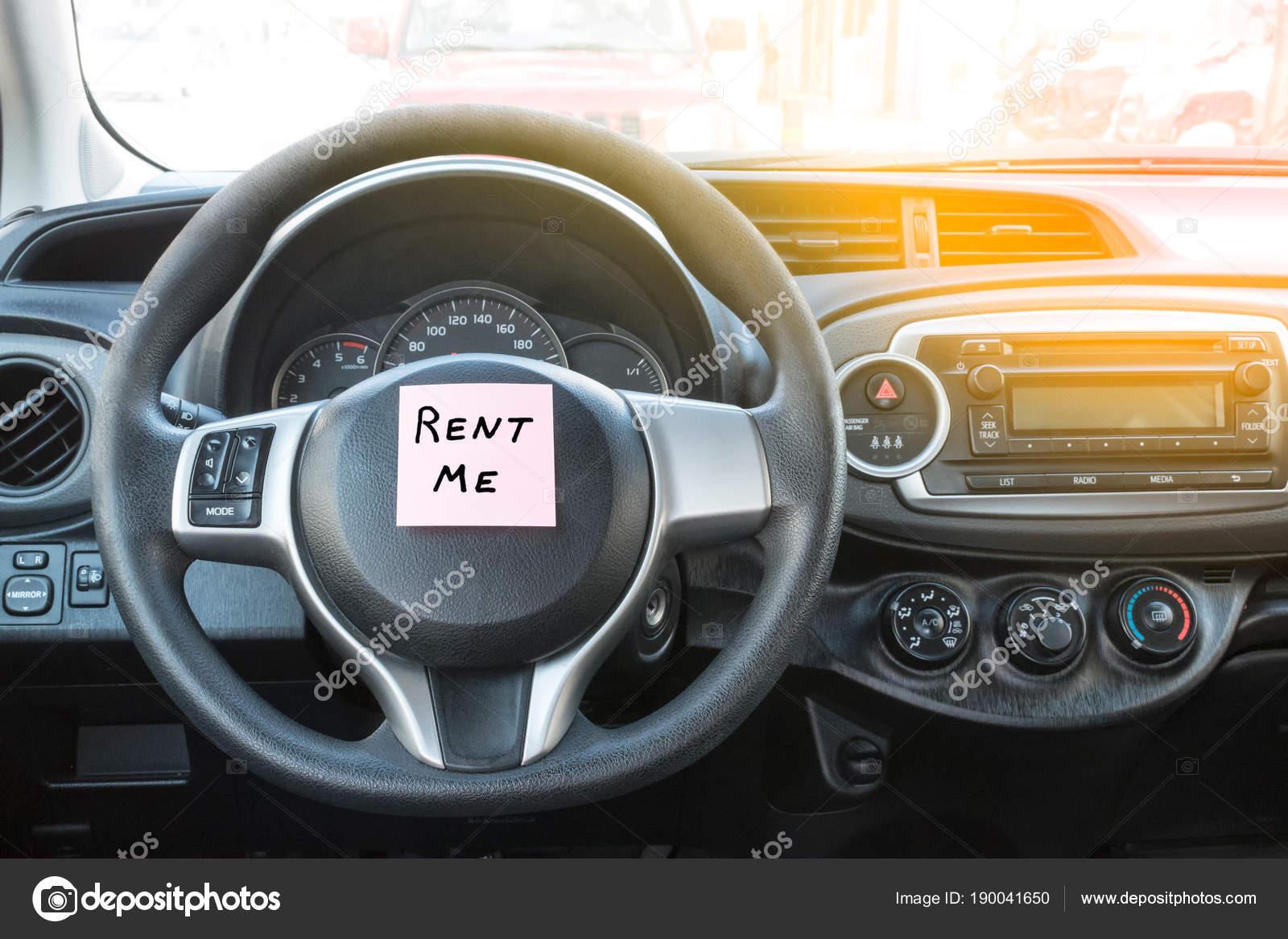 Auto interieur close-up. Verhuur teken. Huur mij tekst — Stockfoto ...