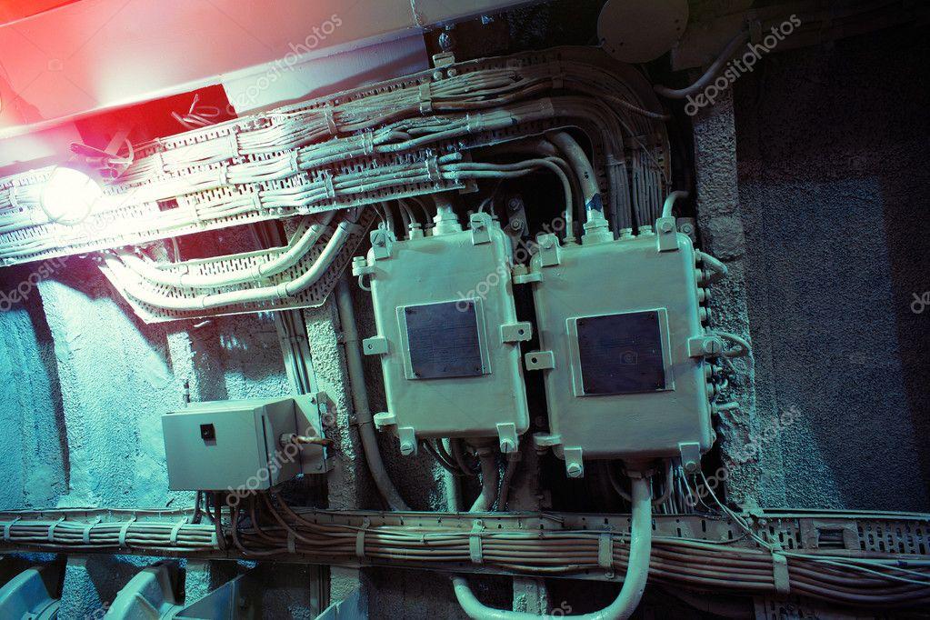Elektrische Kabel und Boxen auf einer Grunge Betonwand — Stockfoto ...