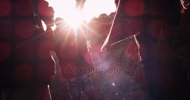 Šťastná rodina otec, matka a malý chlapec běží přes pole nad slunce pozadí. Zdravá rodina radostné se synem drží za ruce a běh, užívat si přírody venku. Zpomalený pohyb. 4k