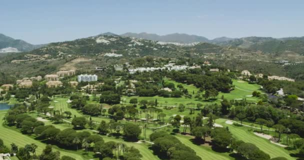 4k létání nad golfové hřiště letecké video. Marbella golfové hřiště poblíž hory. Španělsko 2016. HD