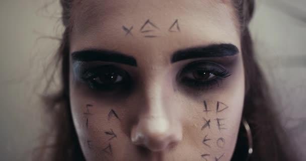 Dáma s aby Žánr egyptské mumie. Koncept halloween. Pomalé Motion.The pronikavý pohled