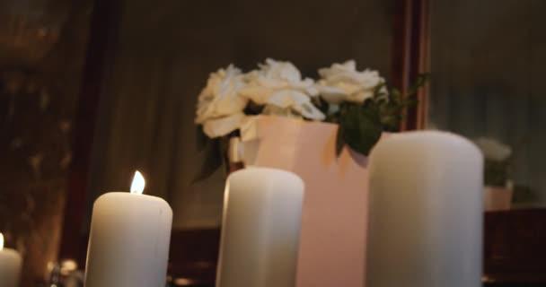 Flackernde Kerzen, romantische Atmosphäre, Blumen auf Hintergrund