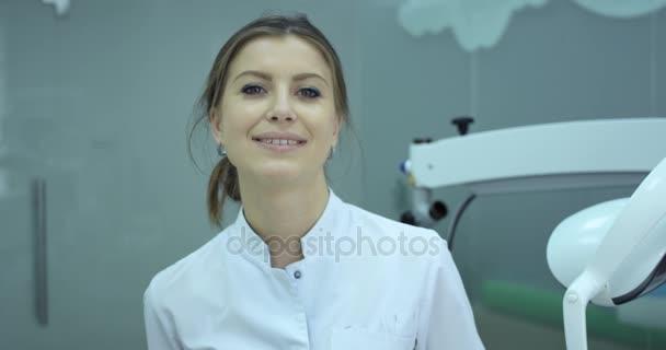 Lächelnde Zahnärztin setzte ihre medizinische Maske auf.