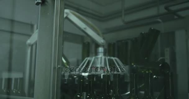 Dopravníkové linky skleněnými lahvemi v továrně vinařství. 4k