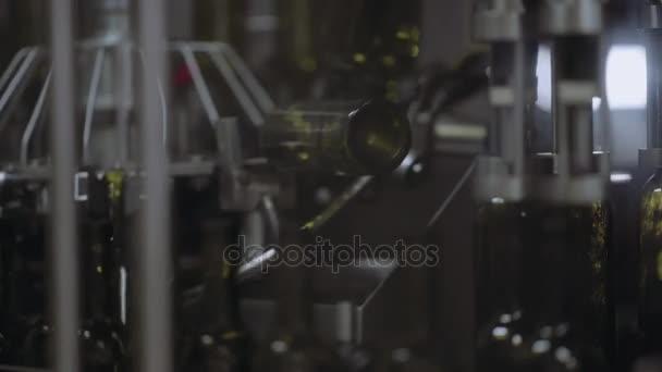 auf dem Förderband füllt den Wein in Glasflaschen ab.