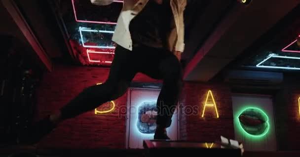 Csodálatos koreográfia egy férfi táncol a büfé asztal Vértes