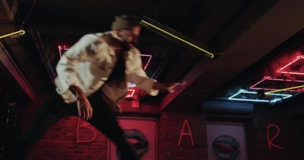 Closeup schöne Choreographie, Farbe junge Männer tanzen auf der Bar mit super Disco Lichter