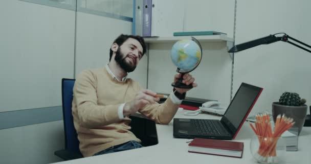 Cestovní kancelář, charismatický agent na stole a hrát si s geografické Klipart s úsměvem a šťastný obličej
