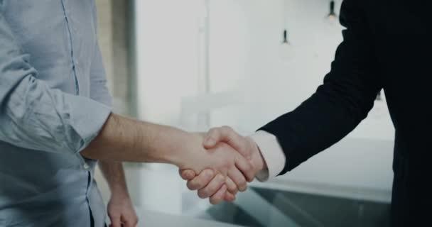 Detailní obchodní partneři drží ruku od sebe.