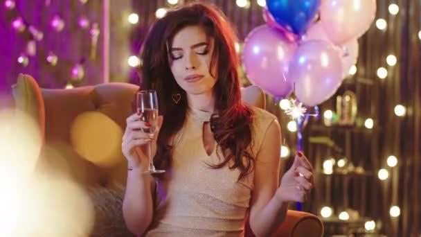 Noel partisinde koltukta oturan ve şampanya içerken anın tadını çıkaran kocaman gülüşlü çok güzel bir kadın.