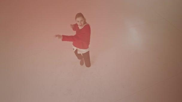 In einem großen Studio, das Video von der aufgeregten tanzenden Top-Lady aufnimmt, bewegt sie sehr charismatisches rosafarbenes Puder