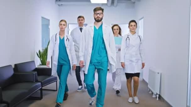 Modernes multiethnisches Team aus Ärzten und Krankenschwestern posiert vor der Kamera und schaut geradeaus