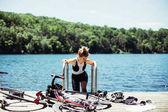 cyklistka plavání v létě