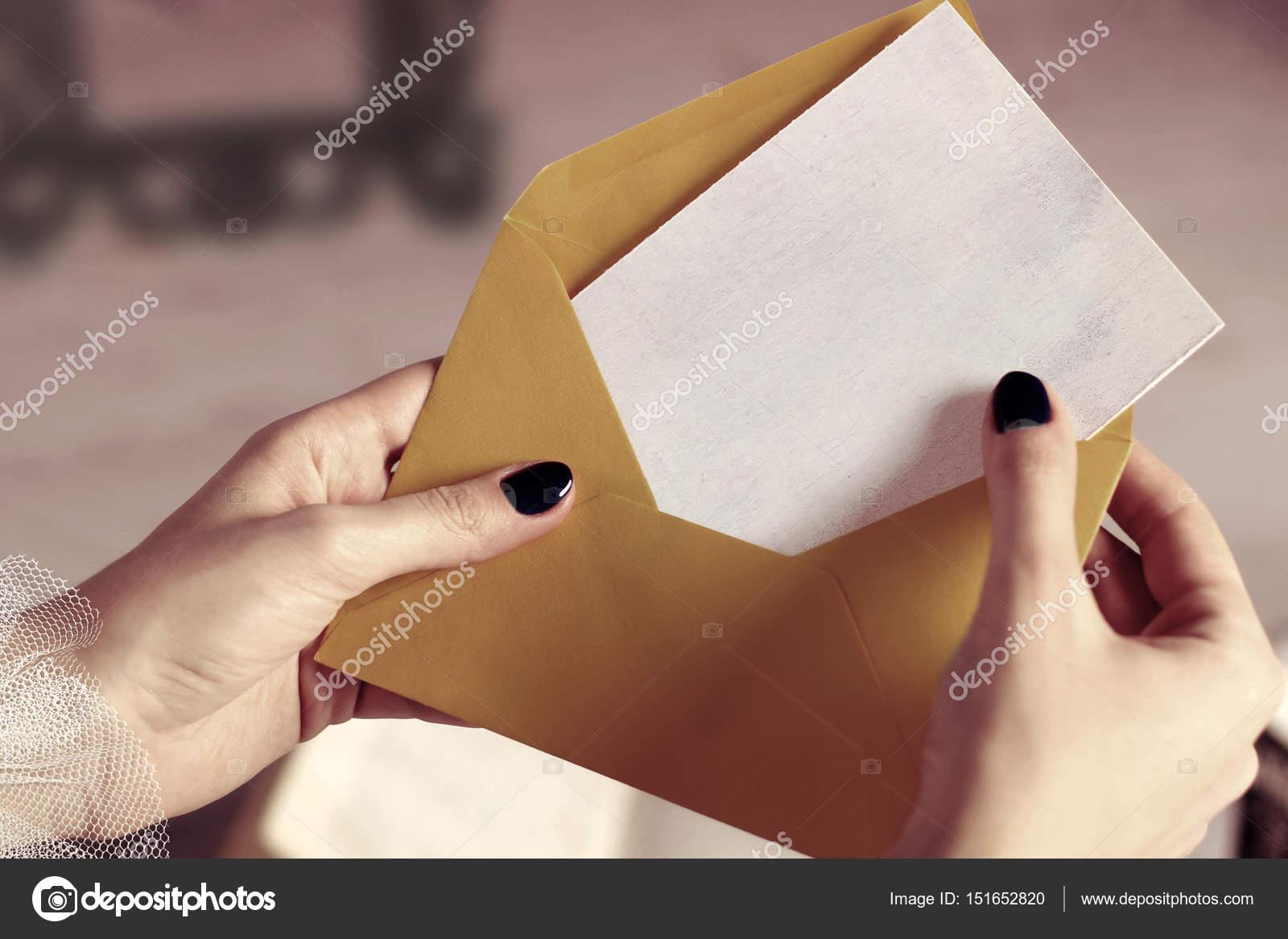 Gros Plan De Femme Main Ouverture Enveloppe Avec La Carte Visite Maquette Ou Lettre