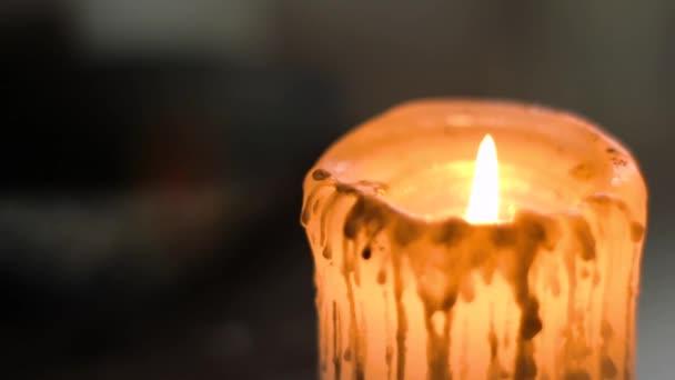 Zblízka žluté svíčky s tmavým pozadím