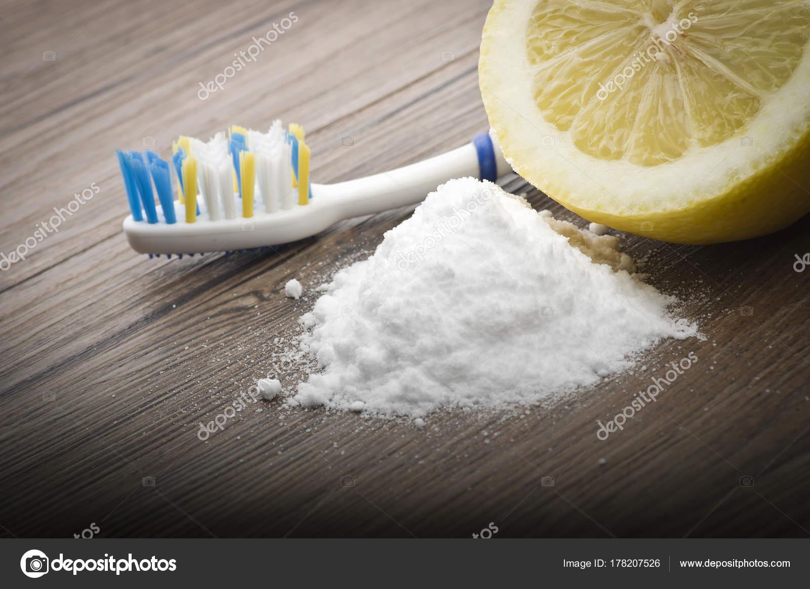 Weiße Zähne Mit Zitronensaft Und Backpulver Stockfoto Orlandob